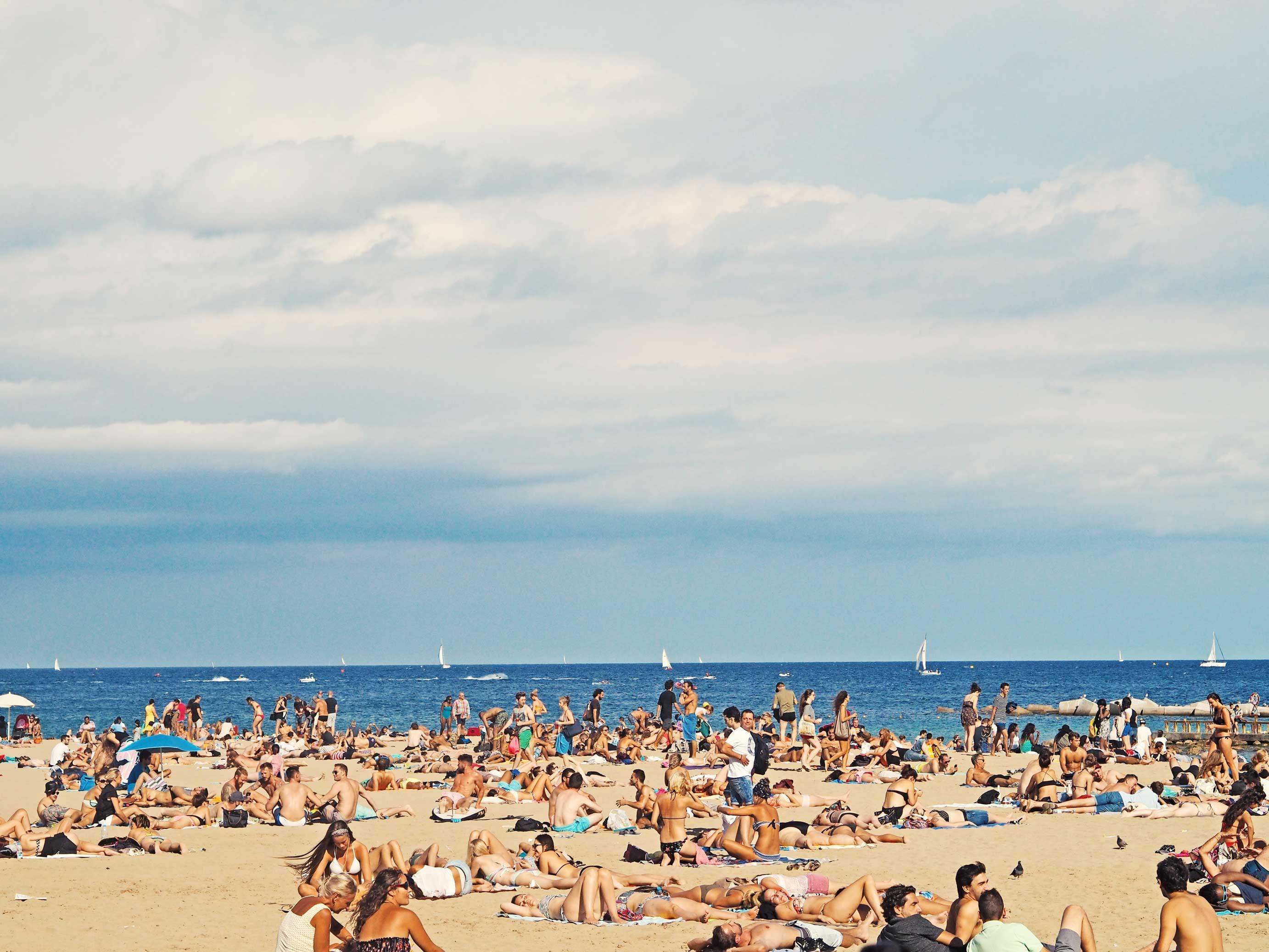 Menschen beim Sonnenbaden am Strand