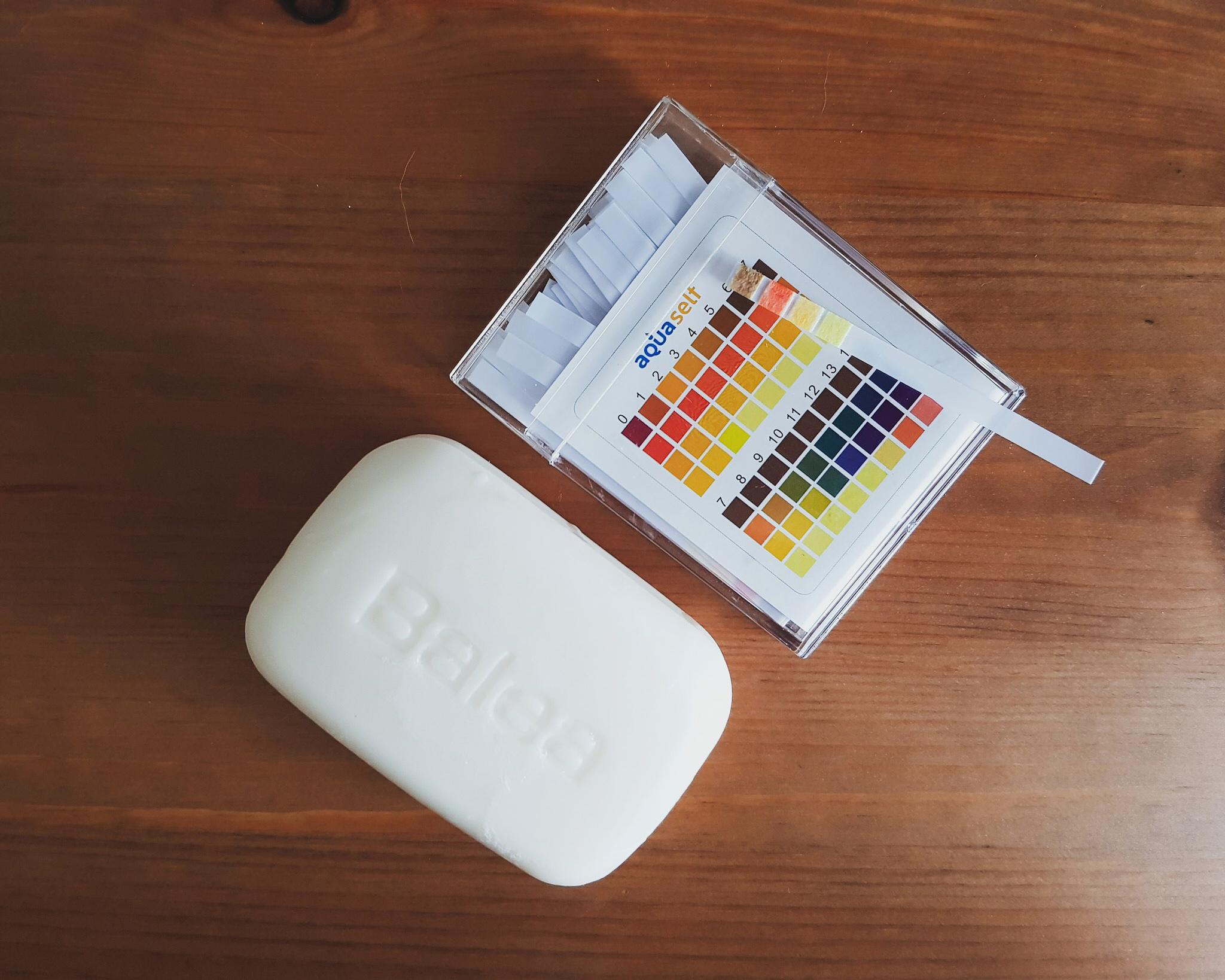 Balea seifenfreies Waschstück mit pH-Teststreifen daneben, welcher einen Wert von 5 zeigt