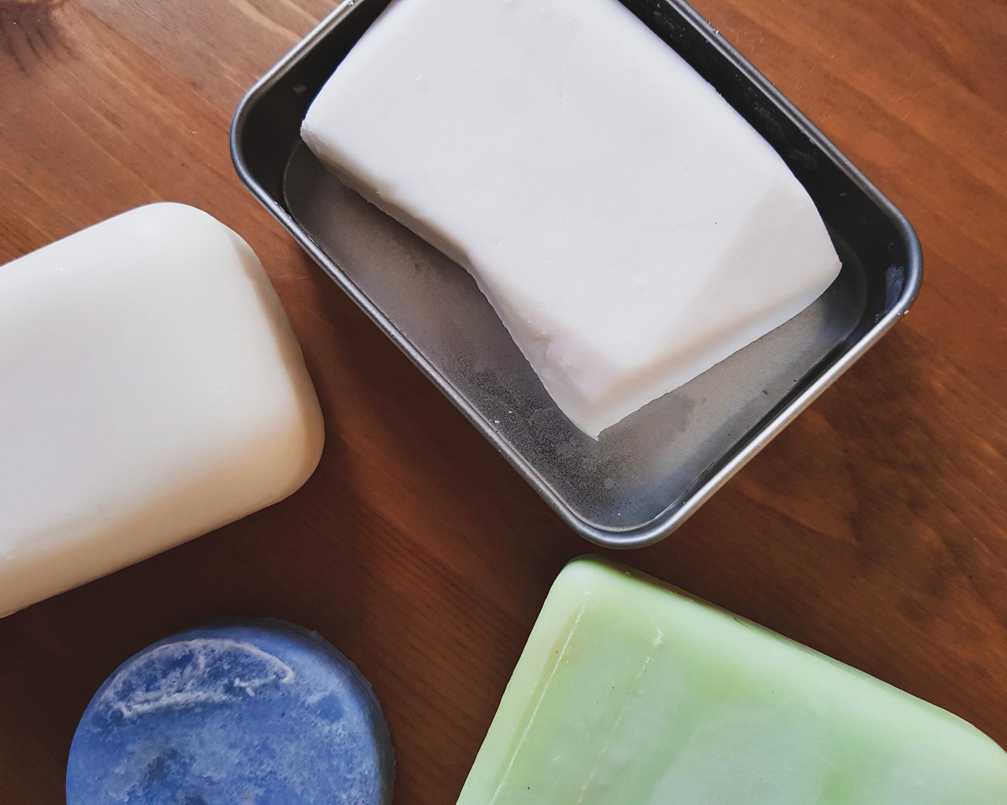 Feste Shampoos von Alverde, Balea, Sebamed und Duschbrocken auf Holzgrund