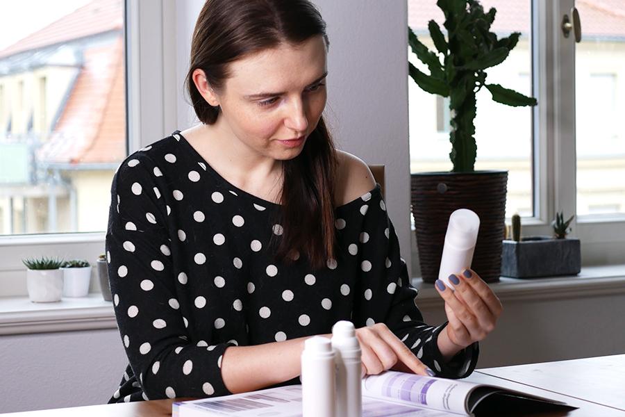 Frau beim Aussuchen und Betrachten von Pumpspendern